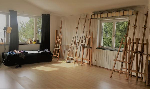 Atelier mit Staffeleien im H.O.N.I.C. Kurszentrum